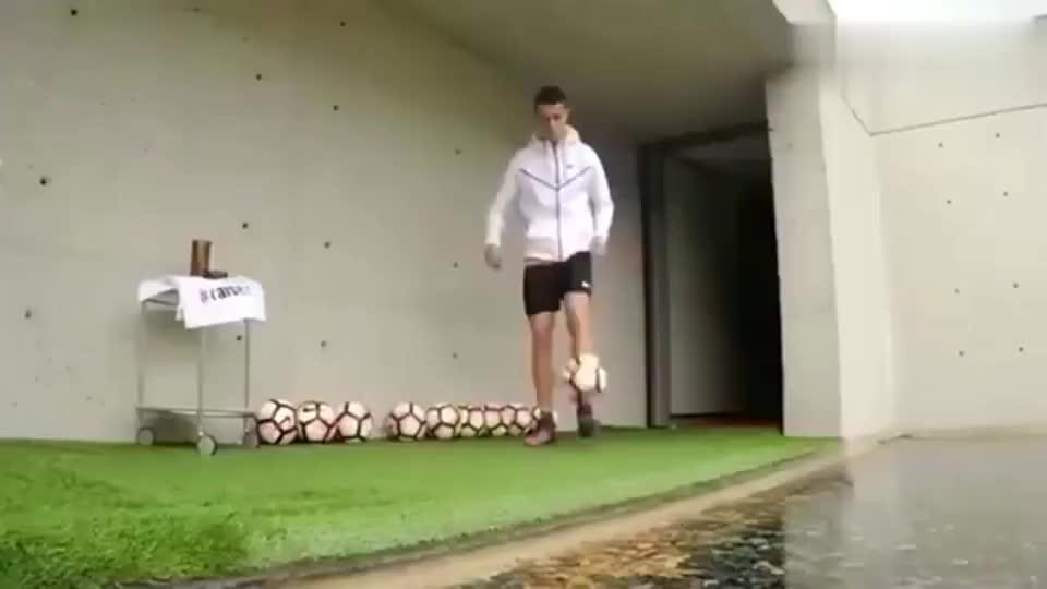 C罗在家练球一脚能击中无人机!理发也不能耽误练脚法!