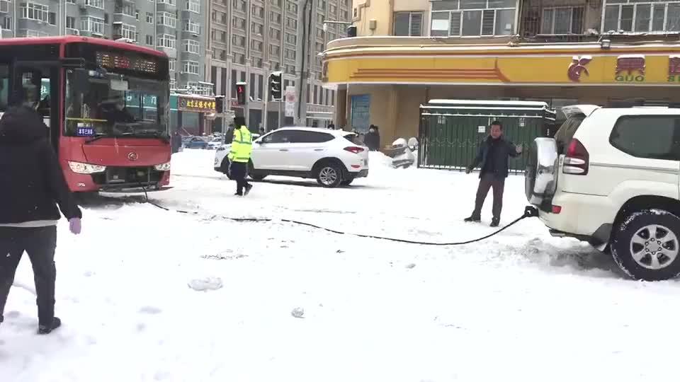 不愧是霸道,暴雪后上街救公交车毫不费力