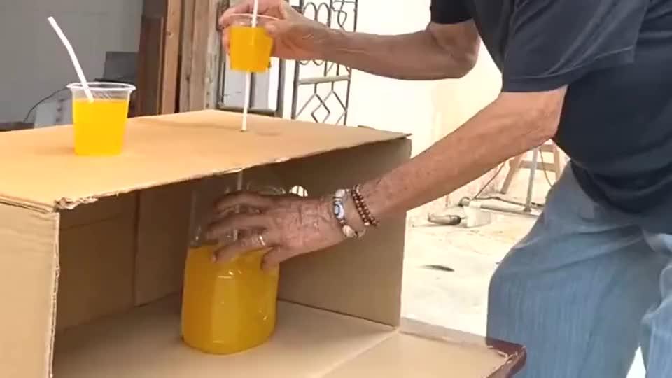 爷爷跟孙子比赛喝饮料,果然姜是老的辣,太坑人了!