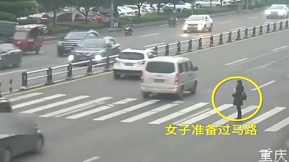 女司机遇斑马线未减速,无辜美女惨被撞飞