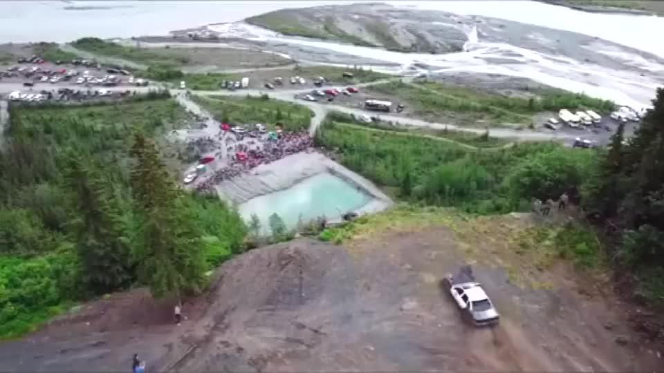 开车从山顶上腾空飞跃,以为会掉水潭里,结果作死!
