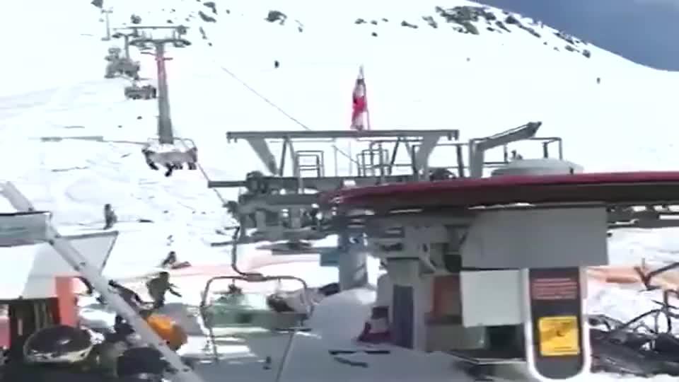 千米缆车发生事故,游客冒着生命危险往下跳,太恐怖了!