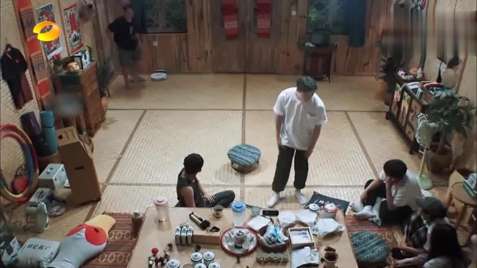 向往的生活:郑钧表演特技,飞起来打坐,太厉害了