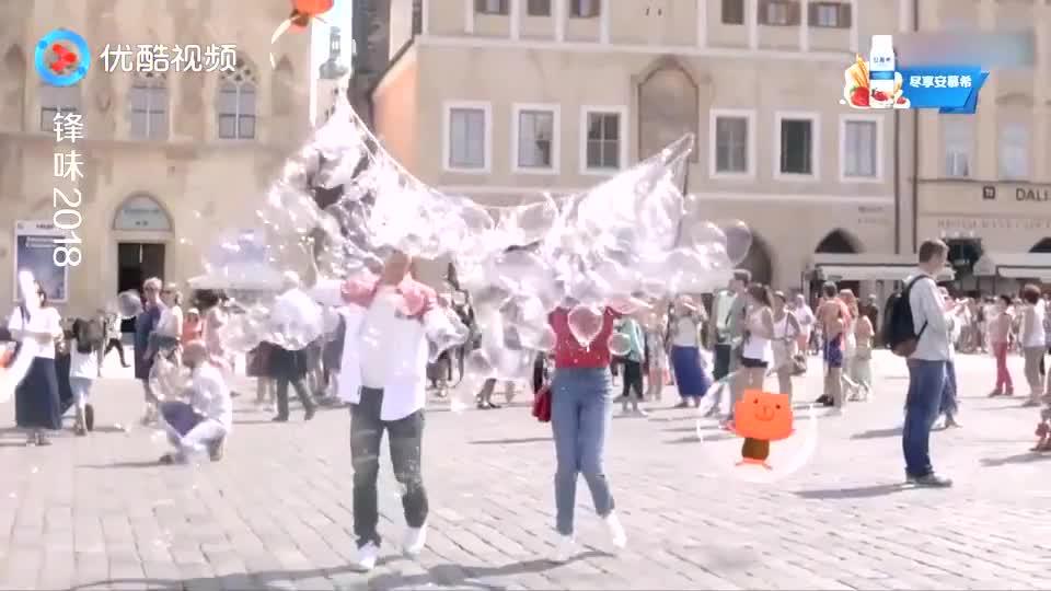 谢霆锋宋茜布拉格玩泡泡画面甜美浪漫,网友:王菲看到会吃醋!