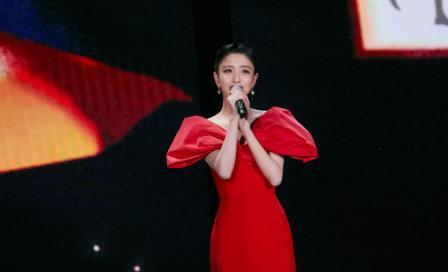 佟丽娅不愧是追星女孩的榜样,穿一袭红裙合照,贾玲都羡慕了