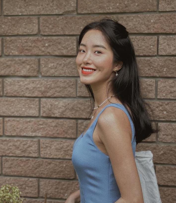 杨采钰女神范十足,穿蓝色吊带连衣裙搭配卷发,成熟又高级时髦