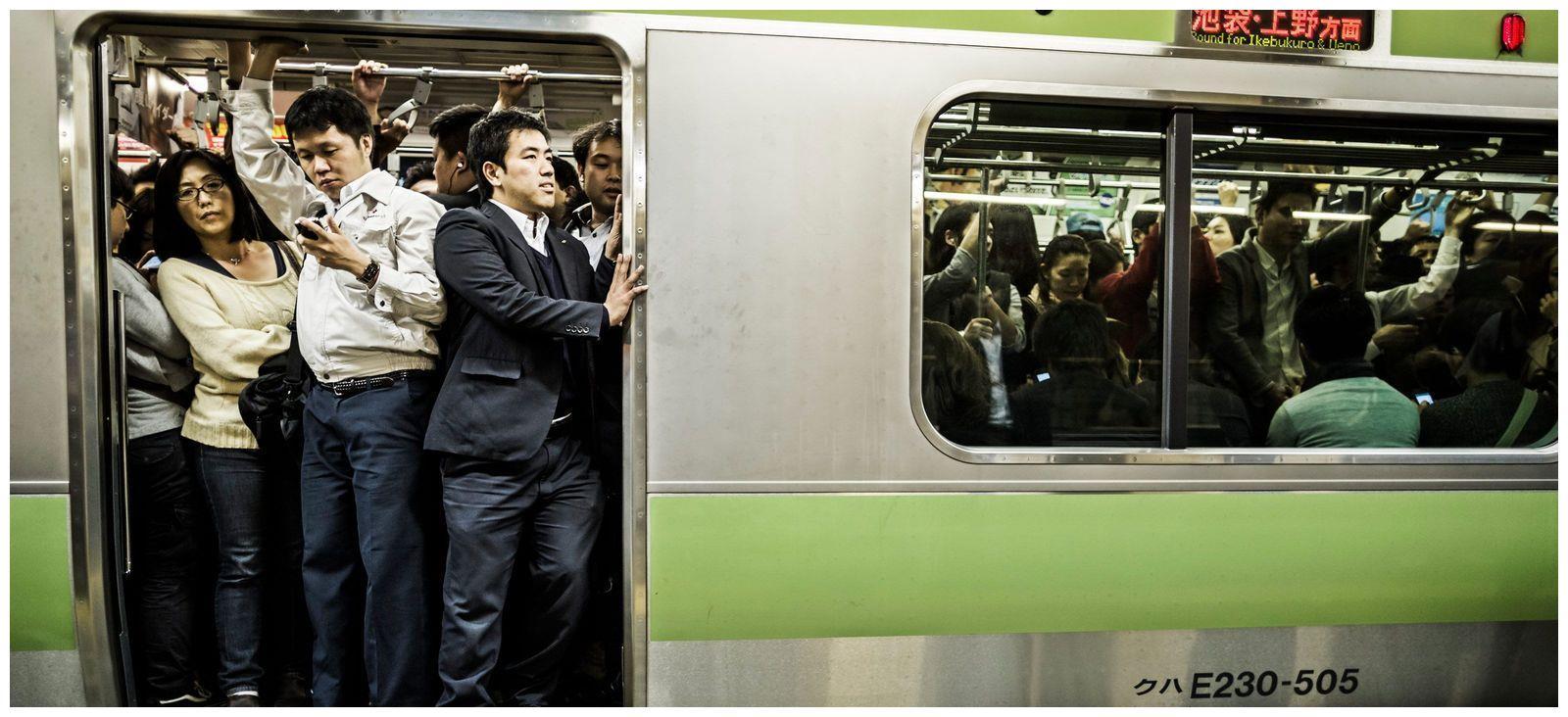 中国游客首次乘坐日本高铁,上车后惊讶直言:这与我们的高铁不同