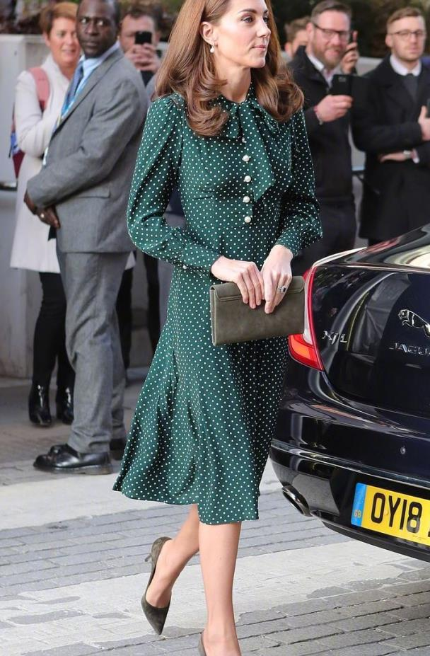 凯特王妃身穿印花裙,清新减龄又充满高雅气质,好身材尽显!