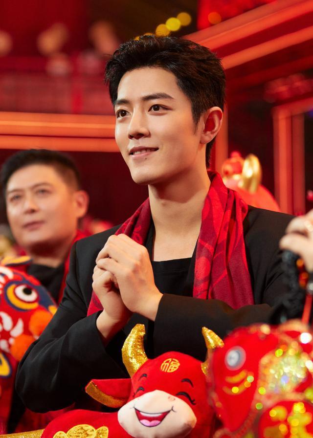 """肖战""""北京春晚""""可爱镜头:拿玩偶好幼稚,双手拜年太正式"""