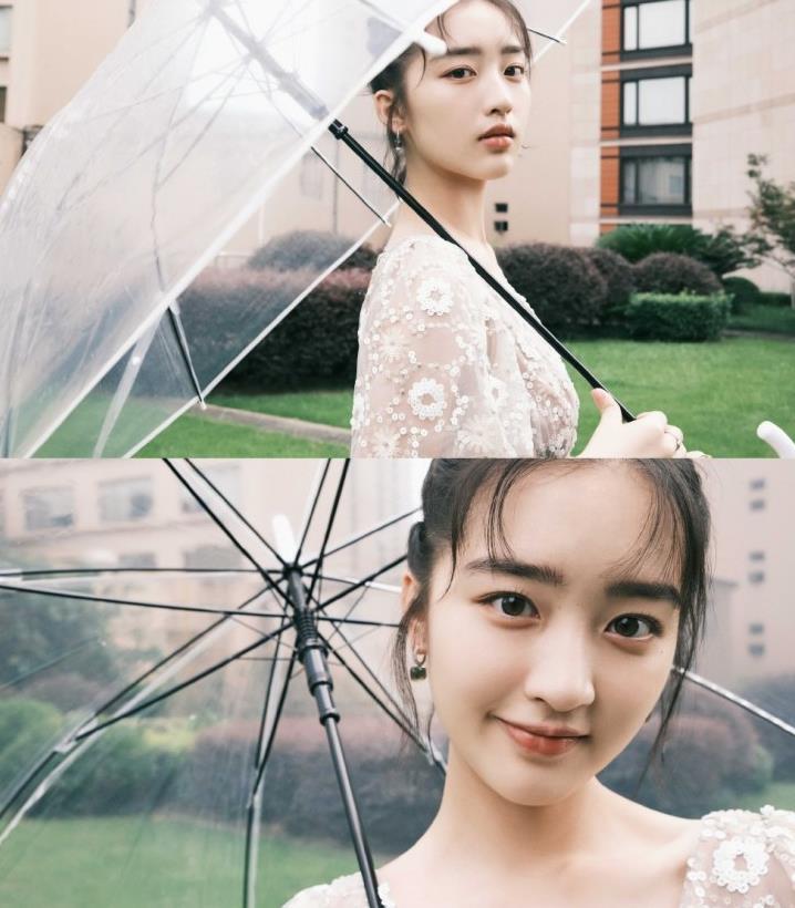 邓恩熙身着self-portrait PF早秋系列花朵亮片高腰裙