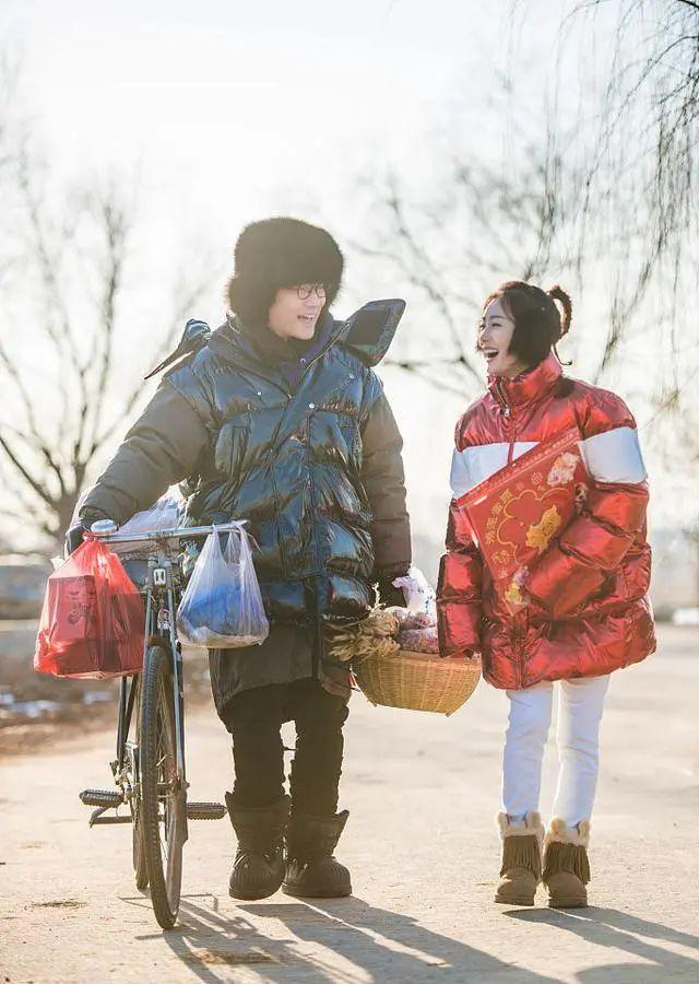 """秦岚也有接地气一面,红色花袄搭""""苹果头"""",减龄显可爱"""