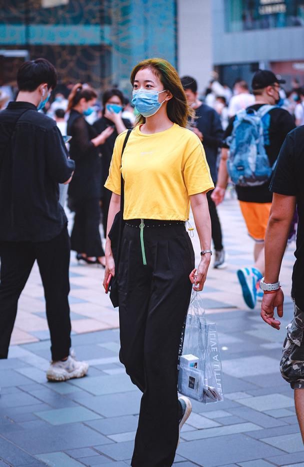 街拍:优雅的气质会伴随人的一生,更能为你增添时尚的潮流气息
