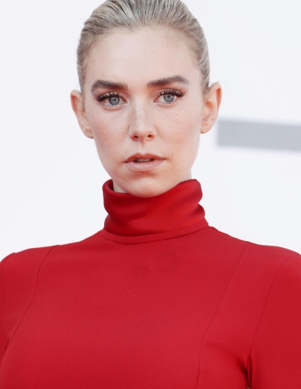 白寡妇亮相第77届威尼斯电影节,红色礼服美如画,雀斑妆成亮点