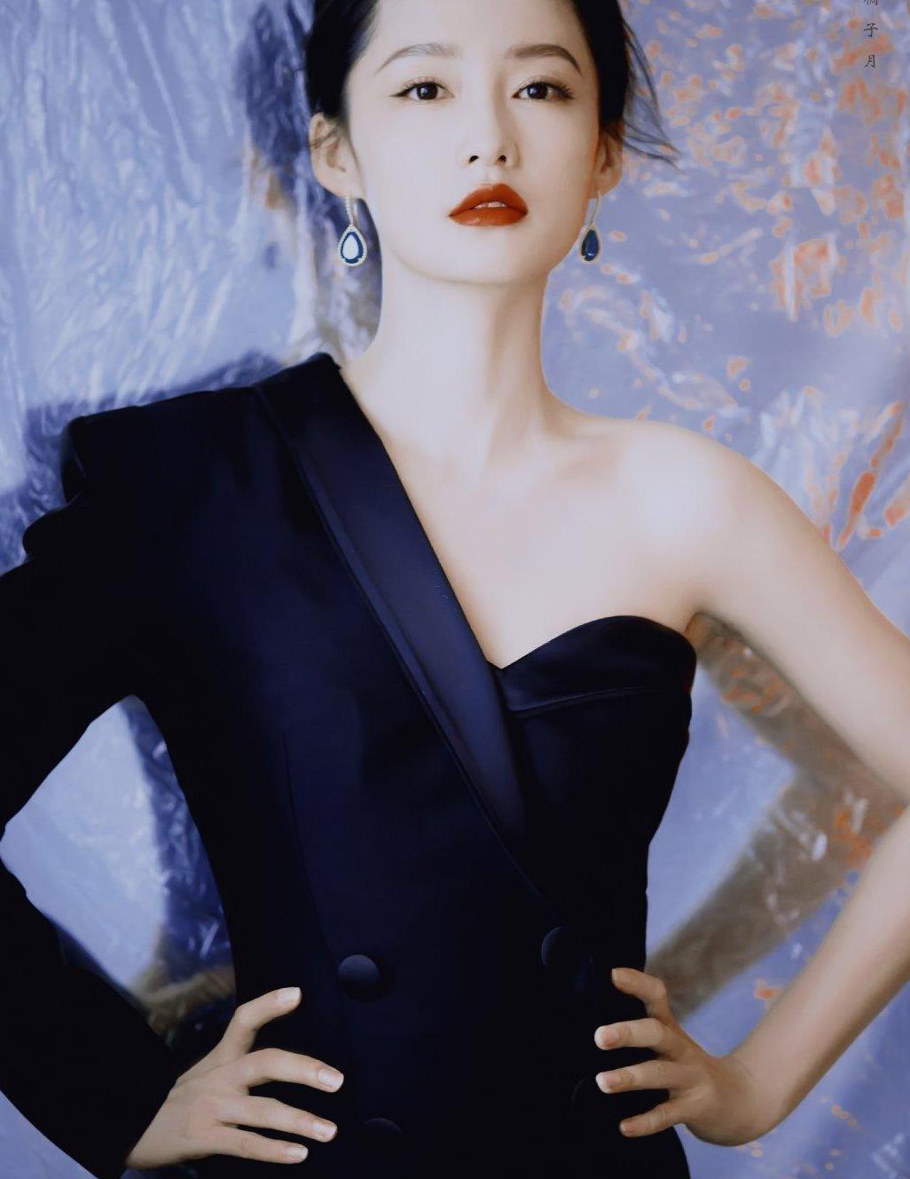 李沁就是个时髦精,身穿藏青色露肩西装裙,既有气场又有女性魅力
