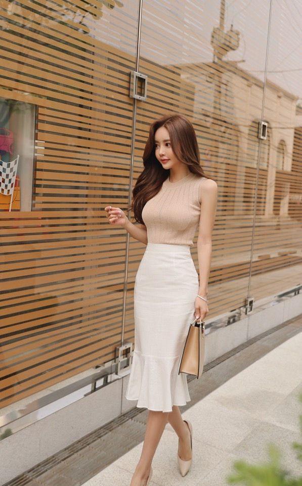 孙允珠天使白长裙,搭配淡棕色紧身上衣,御姐范十足回头率拉满