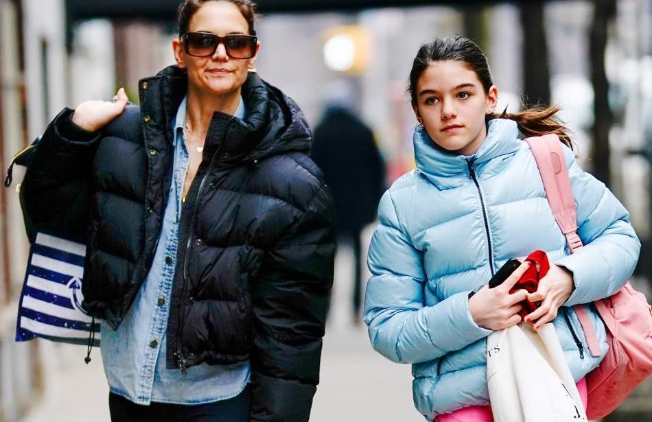 苏瑞13岁就这么会穿,羽绒服配运动裤,撞色造型比41岁妈妈还时髦