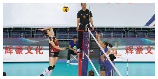中国女排第二主攻之争演出!张常宁、李盈莹隔网对轰,谁能赢?
