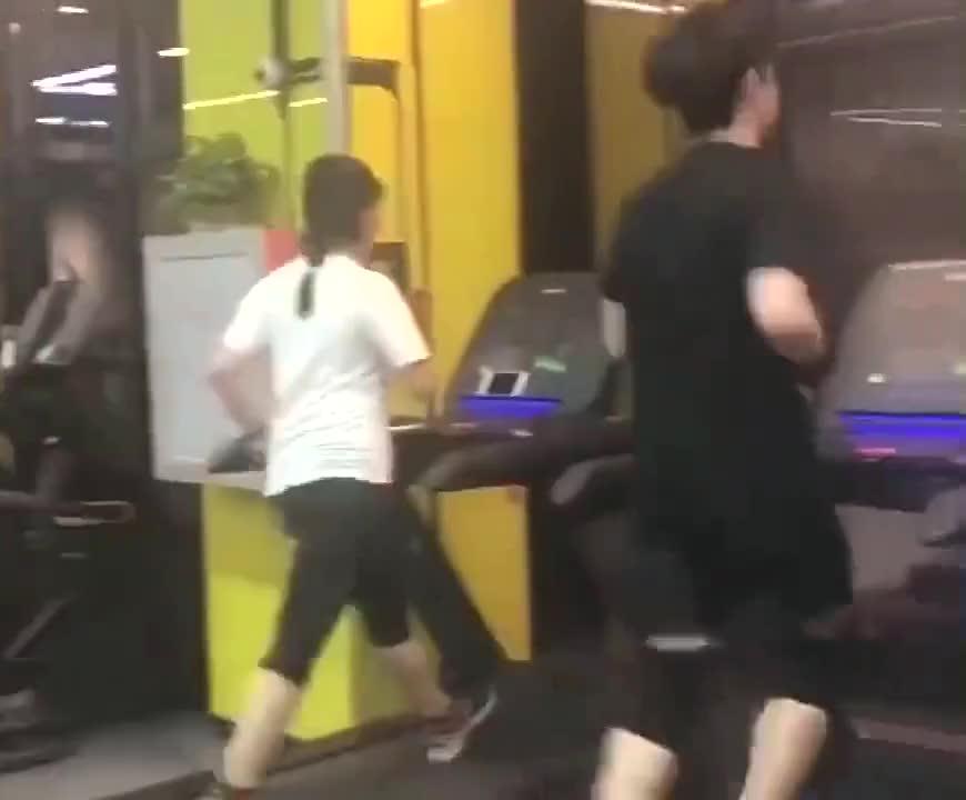 当跑步机遇上拉丁舞,小哥哥绝对是健身房一道靓丽的风景线!