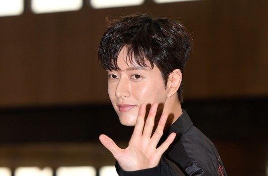 演员朴海镇:黑色风衣潇洒帅气,出国之路上的暖男
