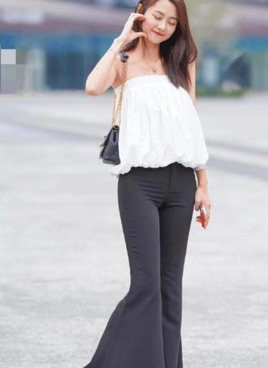 表妹真会打扮,白色上衣搭配黑色喇叭裤,尽显成熟魅力