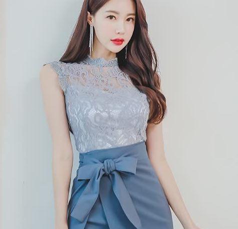 夏日穿搭小妙招!蕾丝花纹上衣+修身显瘦半身裙,时尚职业范