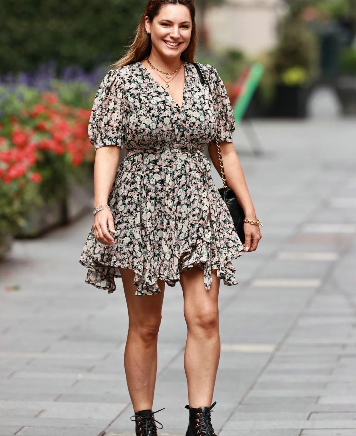 凯莉·布鲁克一袭碎花连身裙清新减龄,搭马丁靴炫酷街头