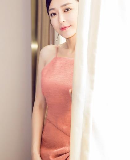 """秦岚太大胆,穿粉色""""肚兜裙""""秀""""沙漏""""身材,优雅气质让人心动"""