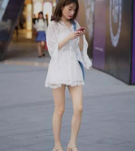 街拍美图:清纯时尚的小姐姐,穿搭好看的衣服,衬托优美的气质!