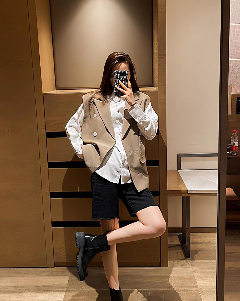 马丁靴已经过时了,入秋后这3双鞋子正流行,舒适时髦又显腿长