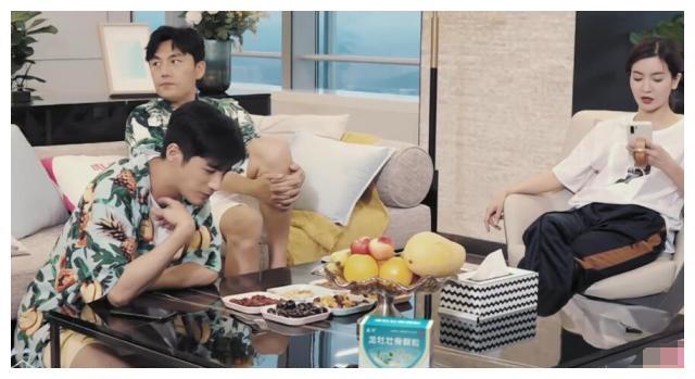 李晟要订外卖,秦昊和姜潮都说不吃,但在看到小龙虾时,打脸了