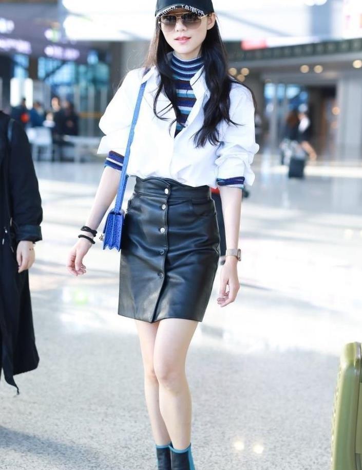 韩雪果真是穿搭高手,白衬衫叠穿条纹打底+皮裙,不愧是气质美女