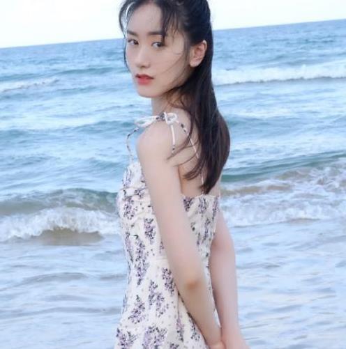 袁冰妍到底有多美?穿碎花吊带裙太少女,牛奶肌肤令人羡慕