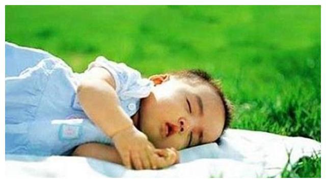 抱婴儿有讲究,婴儿脊柱发育黄金期,这几种抱法可能会让脊柱侧弯