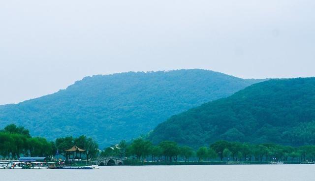 南北湖位于嘉兴海盐县,三面环山一面临江,风光独特