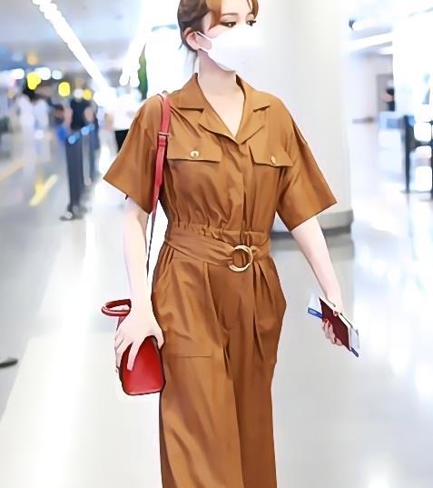 穿棕色连体衣变时髦女,新的发型丸子头,黑色尖头鞋
