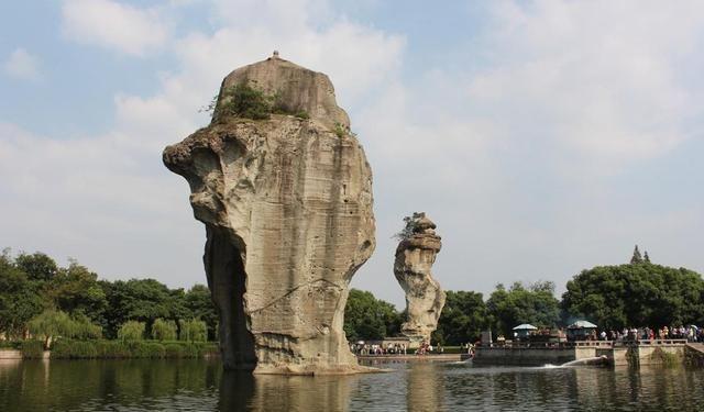柯岩风景区,位于柯山脚下,包含柯岩、鉴湖、鲁镇三部分