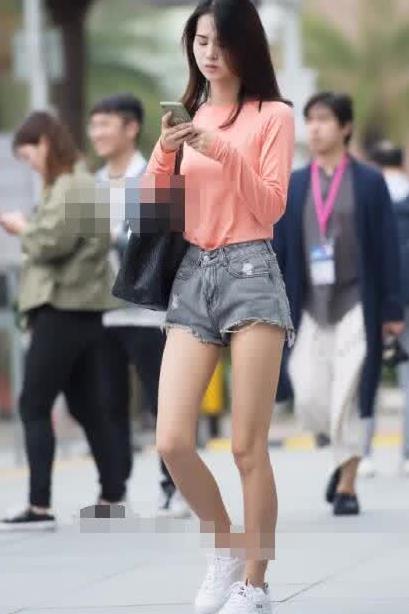 街拍:美女粉丝长袖搭热裤,身材出众,气质优雅