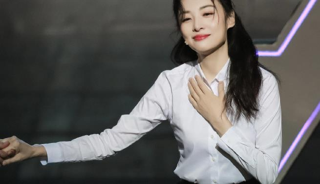 52岁周涛越老越会穿,白衬衫配裙子简约优雅,看着不像年过半百