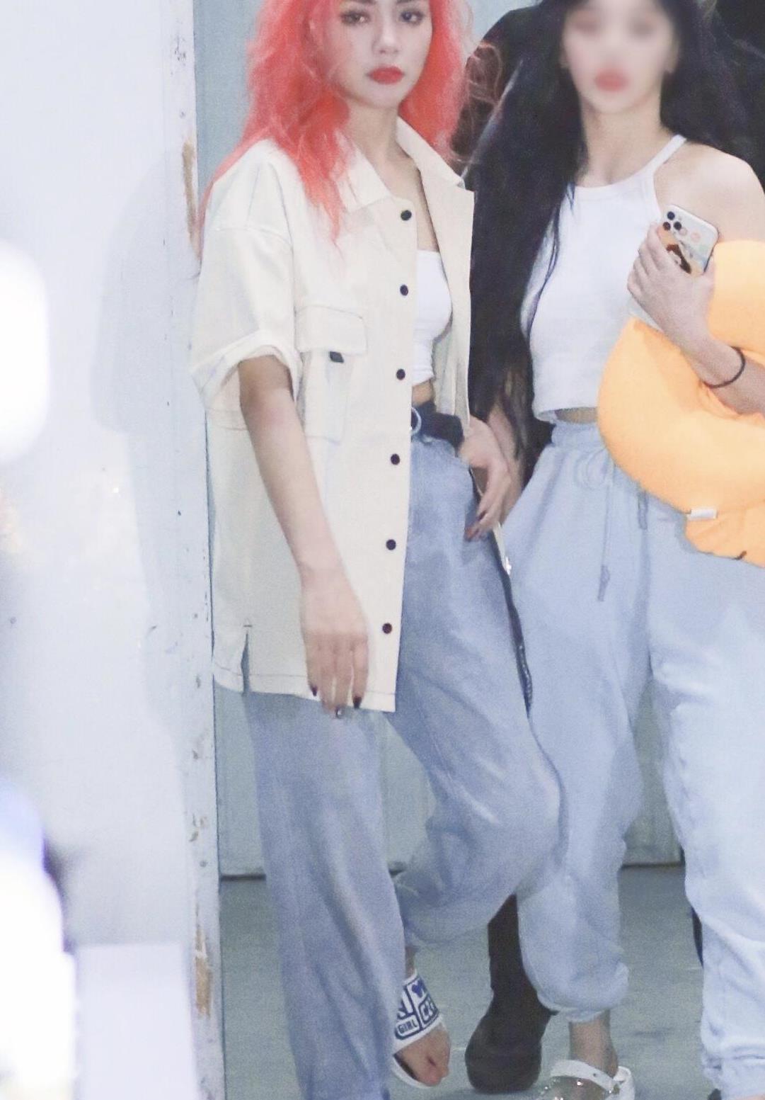 谢可寅粉红色的爆炸头发型真抢镜,衬衫搭配牛仔裤,简约又洋气