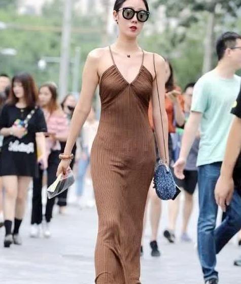 街拍:美女身穿针织吊带连衣裙,尽显成熟美女气质