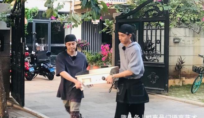 德云社演员强强联手,周九良助阵秦霄贤,一个细节诠释什么叫绅士