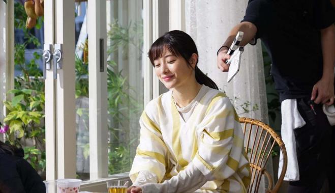 """""""女神""""石原里美穿搭非常温柔可人,黄白条纹连衣裙,温婉优雅"""