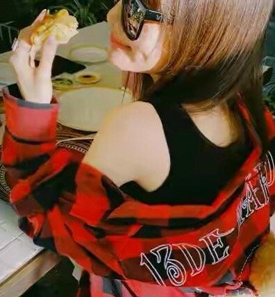 李小璐不好好穿衣服,衬衫当做披肩穿秀出美背,真怕甜馨学坏了