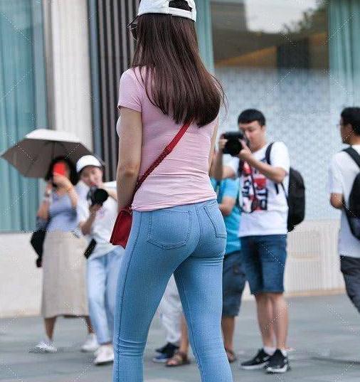 牛仔裤休闲娱乐百搭气场十足,搭配更贞美女青春活力的气息