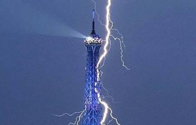 埃菲尔铁塔遭雷劈,正中塔尖,霹雷针第一次起作用