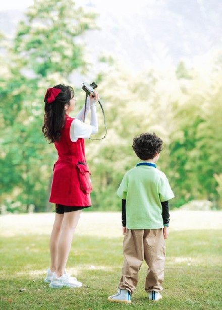 谭松韵红色口袋工装裙 又飒又复古 配上大蝴蝶结 童话公主本主