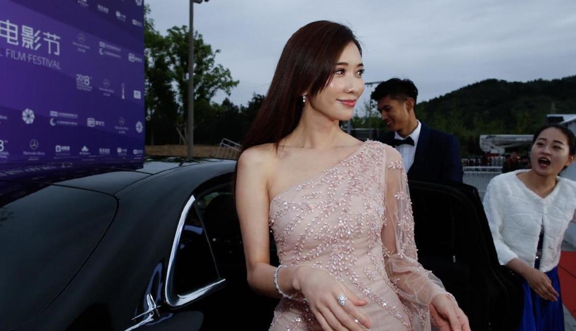 """林志玲果然是""""冻龄女神"""",身穿斜肩包臀连衣裙,优雅大气又减龄"""