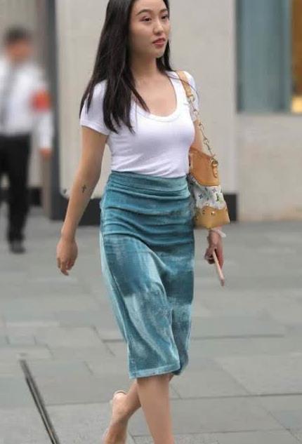 街拍,美女穿搭植绒包臀裙尽显美丽身形回头率高