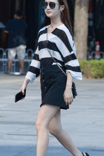 黑色高腰小A裙,搭配高跟凉鞋,显年轻又很新潮的搭配