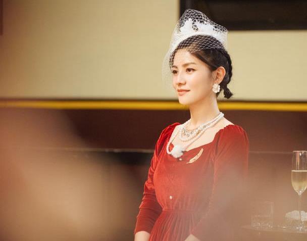 胡可终于认真打扮了,穿红色丝绒连衣裙配网纱礼帽,优雅又贵气